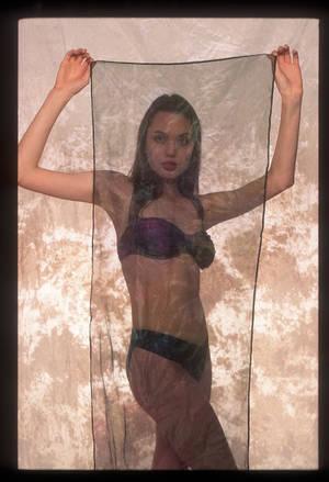Αντζελίνα Τζολί: Μοντέλο εσωρούχων, ετών 16 κάνει duck face