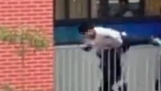 Καθηγητής σώζει μαθητή που προσπάθησε να πέσει από το μπαλκόνι (vid)