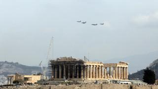 Εντυπωσιακή πτήση μαχητικών αεροσκαφών πάνω από την Αθήνα (pics)
