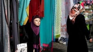 Ιταλία: Μητέρα ξύρισε τα μαλλιά της κόρης της επειδή δεν ήθελε να φορέσει μαντίλα