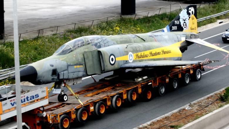 Μαχητικό αεροσκάφος «κυκλοφορεί» στην Αθηνών-Λαμίας (pics)