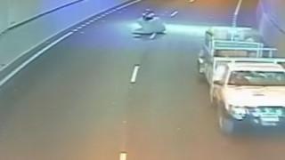 «Ιπτάμενο» στρώμα προσγειώθηκε σε μοτοσικλετιστή ενώ οδηγούσε (Vid)