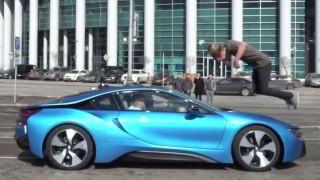 Παιχνίδι θανάτου: Πηδά πάνω από BMW που τρέχει με 100χλμ./ώρα (vid)