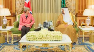 Η Τερέζα Μέι αρνήθηκε να φορέσει μαντίλα στην Σαουδική Αραβία (pics)