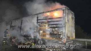 Θεσσαλονίκη: Νταλίκα τυλίχθηκε στις φλόγες – Θετικός στο αλκοόλ ο οδηγός (pics&vid)