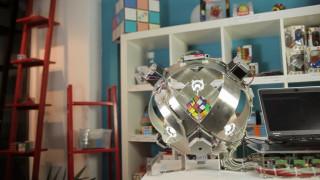 Ρομπότ-Αϊνστάιν λύνει τον κύβο του Ρούμπικ σε μισό δευτερόλεπτο