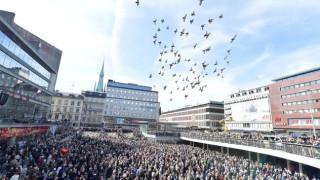 Σουηδία: Χιλιάδες πολίτες στους δρόμους της Στοκχόλμης κατά της τρομοκρατίας (pics)