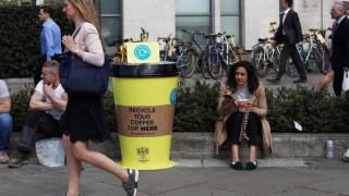 Βρετανία: Πιο φθηνός ο καφές για όσους φέρνουν το φλιτζάνι τους