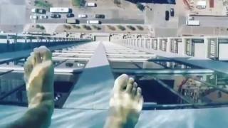 Αυτή η γυάλινη πισίνα με την ιλιγγιώδη θέα δεν είναι για… λιγόψυχους