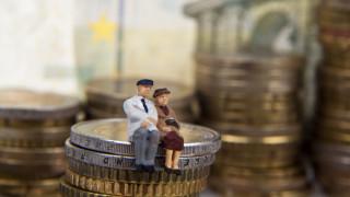 Απαιτούνται ασφαλιστικές εισφορές 10 εργαζομένων για να πληρωθεί μία σύνταξη