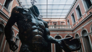 Ο Ντάμιεν Χιρστ επιστρέφει με μία έκθεση κολοσσιαίων διαστάσεων στη Βενετία