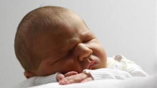 Οι οθόνες αφής «κλέβουν» τον ύπνο ακόμη και από μωρά έξι μηνών