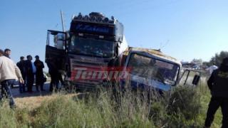 Σύγκρουση νταλίκας με φορτηγό και εκτροπή (pics&vid)