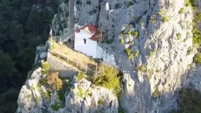 Αγία Μαρίνα Πάρνηθας: Το πανέμορφο εκκλησάκι της Αττικής από ψηλά (vid)