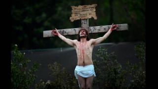 Πάσχα 2017: Ο Χριστός «ξανασταυρώνεται» σε όλο τον κόσμο