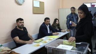 Δημοψήφισμα Τουρκία: Οι νύφες που έκλεψαν την παράσταση - Πηγαίνουν στις κάλπες και με φορεία