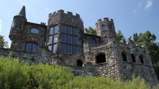 Πατέρας έχτιζε 40 χρόνια κάστρο για το γιο του και σήμερα το «βγάζουν στο σφυρί»