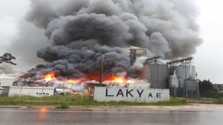 Μεγάλη πυρκαγιά σε εργοστάσιο κοντά στην Φιλιππιάδα (pics)