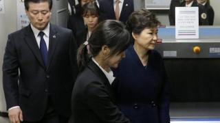 Ν. Κορέα: Οι εισαγγελείς απήγγειλαν καταγγελίες για δωροληψία εις βάρος της καθαιρεθείσας προέδρου