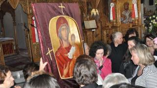 Τρίκαλα: Πιστοί μετέφεραν στις πλάτες τους την εικόνα της Παναγίας παρά τη δυνατή βροχή