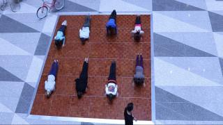 Ασκήσεις yoga στο στρατηγείο του ΔΝΤ
