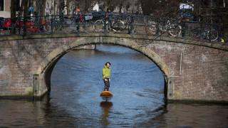 Στη φυλακή γιατί έτρεχε με ηλεκτρικό surf στα κανάλια του Άμστερνταμ