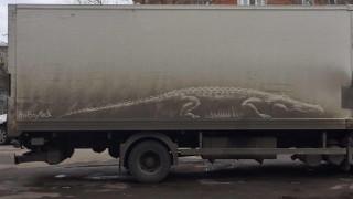 Δημιουργεί τέχνη σε βρώμικα αυτοκίνητα (pics)