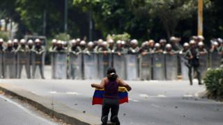 Βενεζουέλα: Αστυνομικοί έκαναν χρήση δακρυγόνων για να διαλύσουν ομάδες διαδηλωτών (pics)