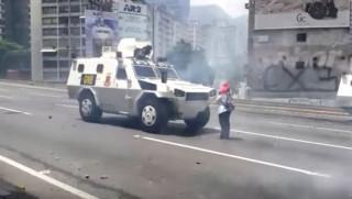 Βενεζουέλα: Η γυναίκα - σύμβολο που στάθηκε ακίνητη μπροστά στο τεθωρακισμενο (vid)