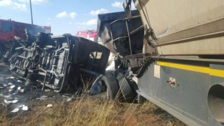Σκοτώθηκαν 20 μαθητές δημοτικού όταν το λεωφόρειο συγκρούστηκε με φορτηγό (pic)