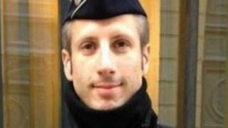 Ο αστυνομικός που εκτελέστηκε στα Ηλύσια Πεδία βοηθούσε την Ελλάδα με τους πρόσφυγες