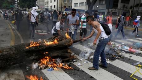 Εικόνες εμφυλίου στη Βενεζουέλα - Άλλοι 11 νεκροί στα χειρότερα επεισόδια για τη χώρα
