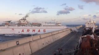 Πλοίο με 140 επιβαίνοντες προσκρούει στο λιμάνι και γκρεμίζει τον τοίχο (video)