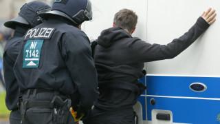 Πεδίο μάχης η Κολωνία - Δύο αστυνομικοί τραυματίστηκαν (pics)