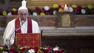 Ο πάπας καταγγέλλει τα «στρατόπεδα συγκέντρωσης» για πρόσφυγες και διηγείται ιστορίες από την Ελλάδα