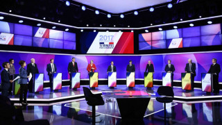 Πολιτικός σεισμός στη Γαλλία μετά το «γκρέμισμα» του δικομματισμού