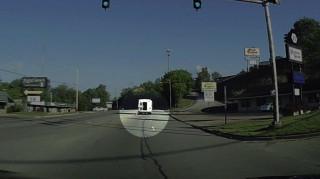 Τετράχρονη πέφτει στην άσφαλτο από κινούμενο λεωφορείο