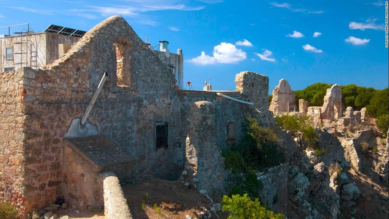 https://cdn.cnngreece.gr/media/news/2017/04/25/78071/photos/snapshot/170329160826-italy-zannone-monastery-with-villa-behind-c-corpo-forestale-stato-super-169.jpg
