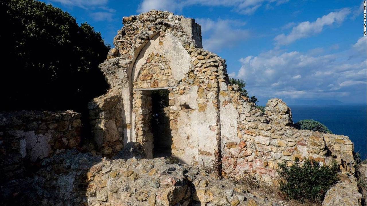 https://cdn.cnngreece.gr/media/news/2017/04/25/78071/photos/snapshot/170329161636-italy-zannone-monastery-c-valerie-romano-super-169.jpg