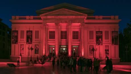 Παγκόσμια Ημέρα Αιμορροφιλίας: Ο Λευκός Πύργος και το Δημοτικό Θέατρο Πειραιά «ντύθηκαν» στα κόκκινα