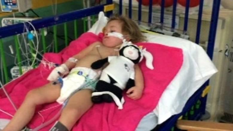 Η ιστορία της μικρής Kacie Bell που παραλίγο να πεθάνει όταν κατάπιε μια μπαταρία (Pic)