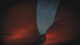 Ιχνηλατώντας τη νύχτα: Ο ουράνιος θόλος μέσα από θεαματικά timelapse