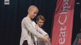 Η συγκινητική απόφαση μιας 9χρονης: Ξύρισε το κεφάλι της για να συμπαρασταθεί στον αδερφό της