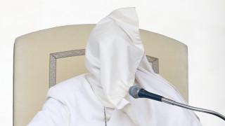 Όταν ο άνεμος… «επισκίασε» τον Πάπα Φραγκίσκο