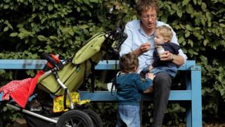 Δεκαήμερη άδεια πατρότητας προτείνει η Κομισιόν