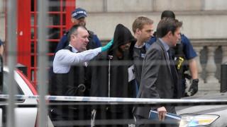 Συναγερμός στο Λονδίνο - Άντρας βρέθηκε οπλισμένος με μαχαίρια