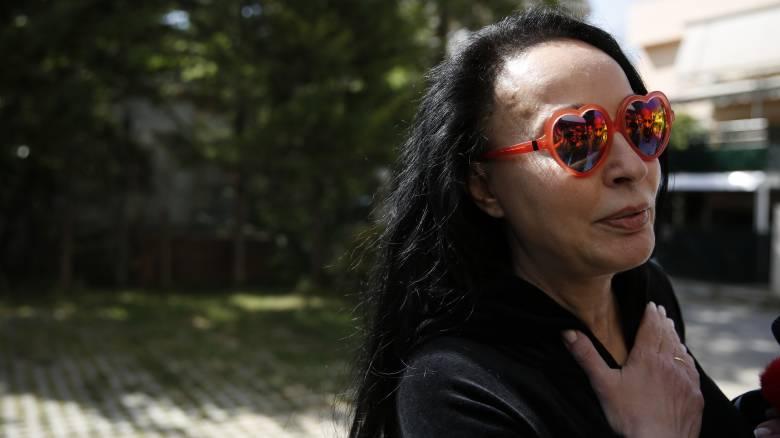 Η χαρά της Βίκυς Σταμάτη για την αποφυλάκιση Άκη και τα περίεργα γυαλιά