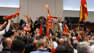 Χάος στα Σκόπια - Εισβολή διαδηλωτών στο κοινοβούλιο (pics&vid)
