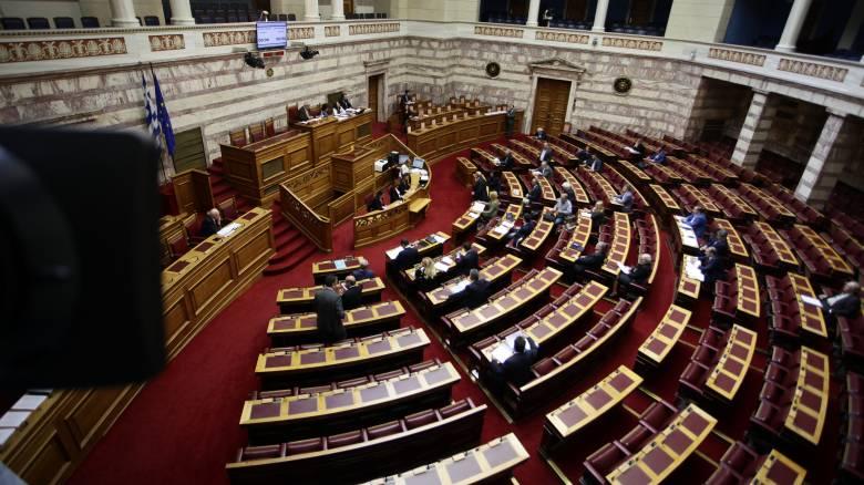 Πανδαιμόνιο στη Βουλή - Βουλευτές φώναζαν «ντροπή, ντροπή»