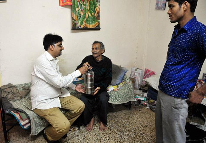 dlaz3 man feeds homeless Mumbai 3